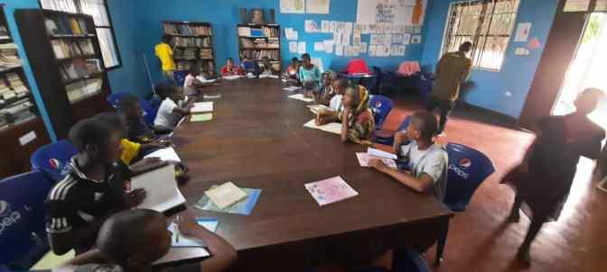 La escuela sigue en la biblioteca del Hogar Chanika